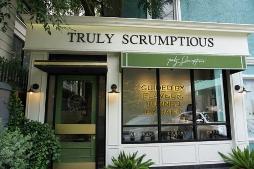 truly scrumptiousの店前