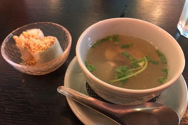 ランチセットのスープと生春巻き