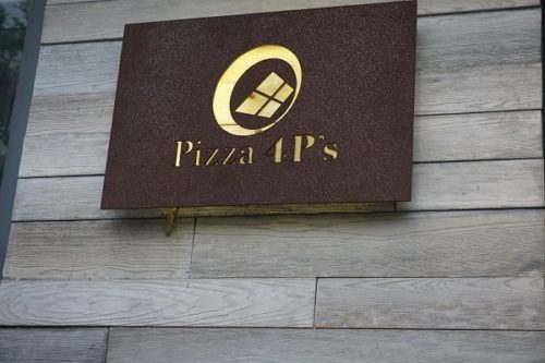 Pizza 4p'sの看板