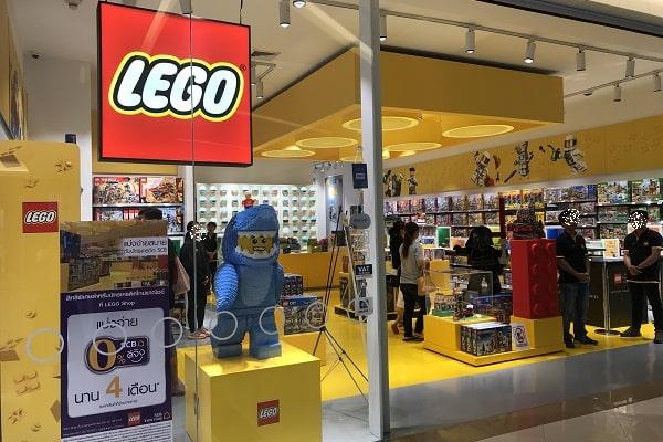 LEGOショップの店前